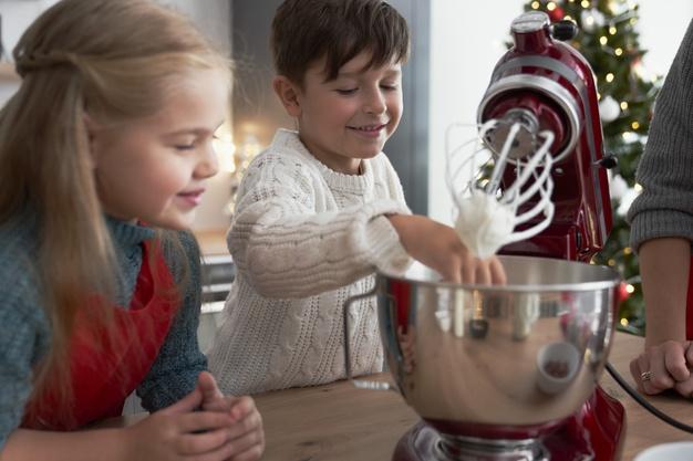 Na zdjęciu znajduje się robot planetarny w kolorze czerwonym, do którego zaglądają dzieci.