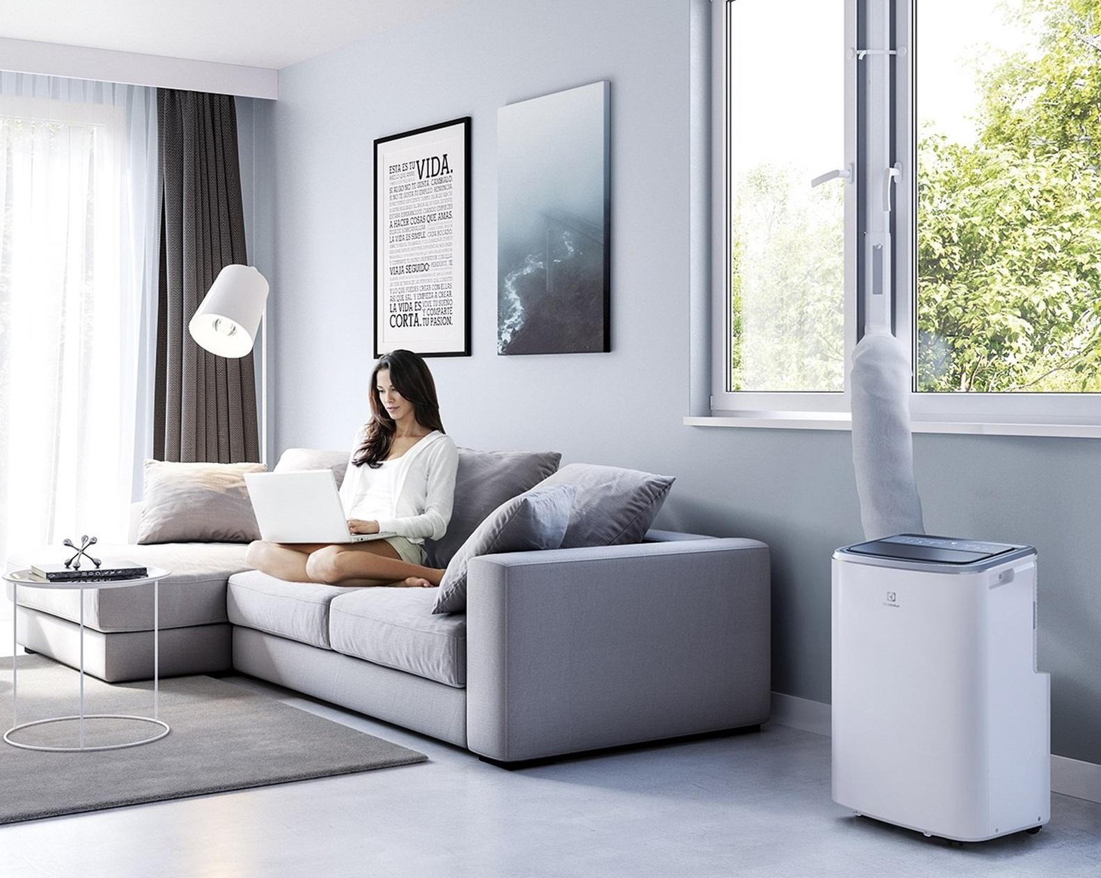Na obrazku znajduje się Klimatyzator przenośny Electrolux EXP34U338HW w kolorze białym.
