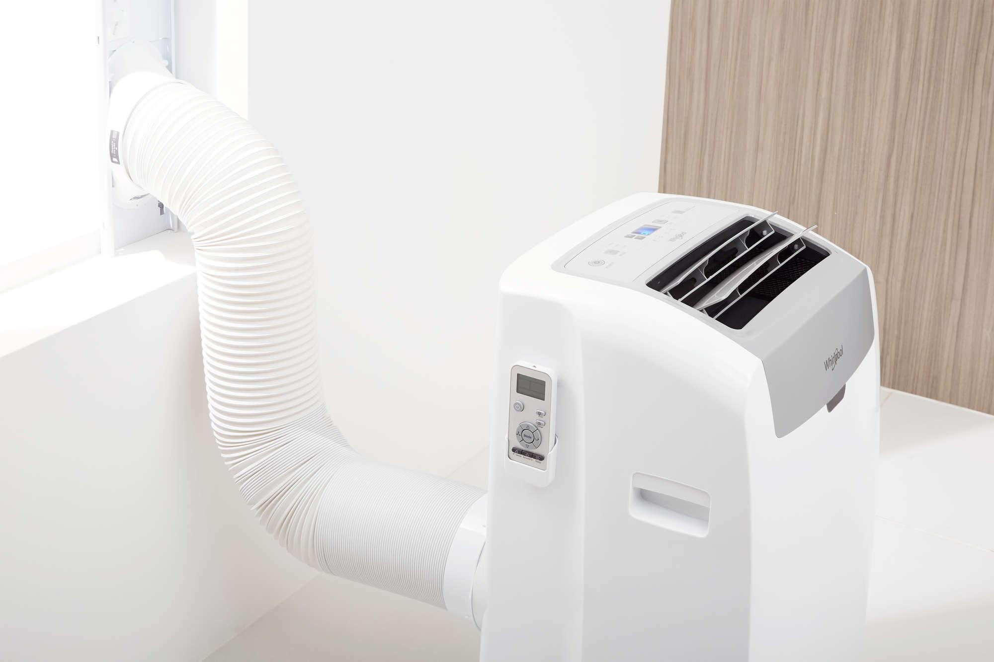 Zdjęcie prezentuje Klimatyzator przenośny WHIRLPOOL PACW 212HP w kolorze białym.