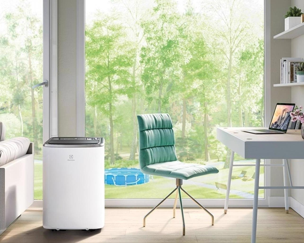 Na zdjęciu znajduje się model Electrolux EXP26U338HW – Klimatyzator przenośny z funkcją grzania.