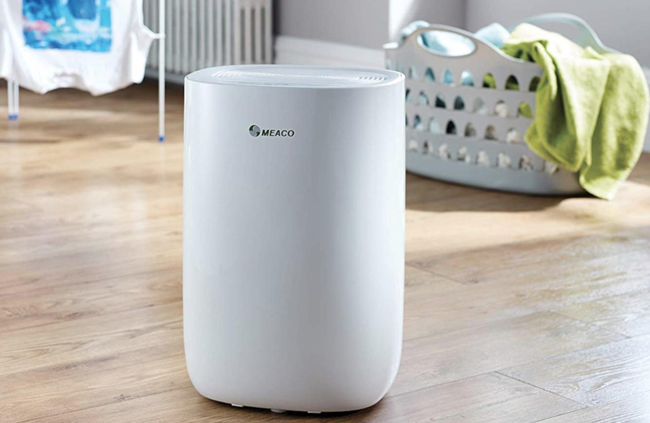 Na obrazku znajduje się osuszacz powietrza marki Meaco w kolorze białym.