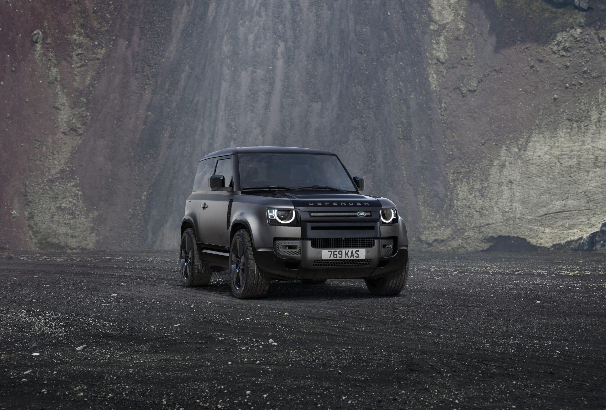 Na zdjęciu przedstawiony został Land Rover Defender.
