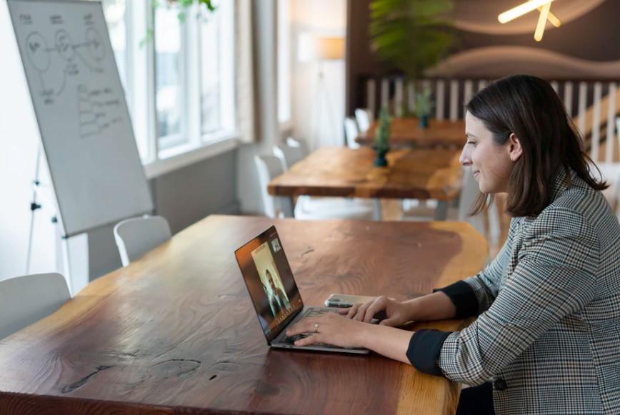 Praca online – najlepsze platformy. Slack, Yammer, Teams i inne